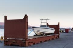 由方式的Trabsportation对在containner的运输的小船 库存图片