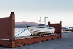 由方式的Trabsportation对在containner的运输的小船 免版税库存照片