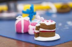 由方旦糖做的微小的蛋糕装饰 免版税库存照片