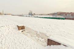 由施密特陆军中尉堤防的苏联潜水艇S-189博物馆在暴风雪 免版税库存照片