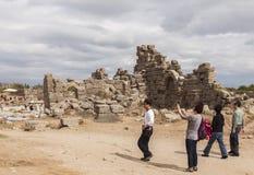 由旁边废墟的游人 免版税库存图片