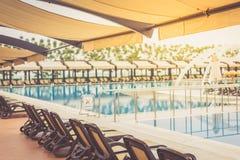 由旅馆水池放松在一个晴朗的夏日 免版税库存图片