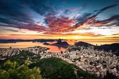 由日出的五颜六色的里约热内卢 库存图片