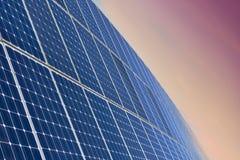 由日出的太阳电池板领域 免版税库存照片
