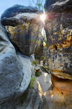 由日落的岩石峡谷 库存照片