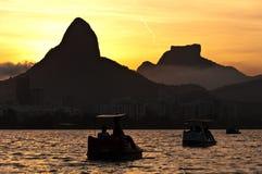 由日落的里约热内卢盐水湖与脚蹬小船 免版税库存图片
