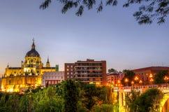 由日落的马德里王宫 免版税库存图片