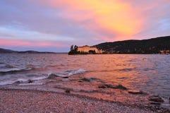 由日落的Isola Bella,斯特雷萨,湖(lago) Maggiore 库存图片