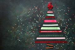 由明亮的丝带做的抽象圣诞树 顶视图 库存图片