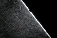 由显微镜的剃须刀 微观被抓的钢表面 免版税图库摄影