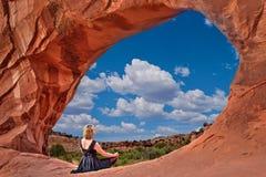 由曲拱的妇女有沙漠美丽的景色  免版税图库摄影
