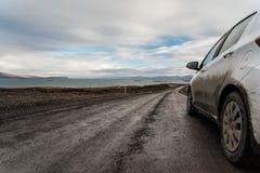 由曲线路的停车场通过微明的海盐水湖 库存照片