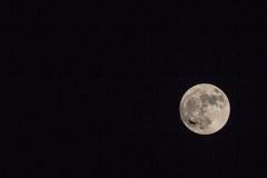 由月亮的喷气机飞行 免版税库存图片
