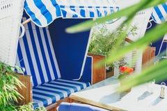 由有海滩睡椅的海使咖啡馆靠岸 免版税库存照片