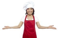 由有经验的亚裔女性主厨的巨大欢迎 免版税库存照片