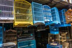由木头和竹子做的五颜六色和美丽的笼子卖在德波拍的传统动物市场照片印度尼西亚 免版税库存图片