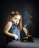 由木桶匠位的逗人喜爱的小女孩修理电子 免版税图库摄影