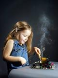 由木桶匠位的逗人喜爱的小女孩修理电子 免版税库存照片