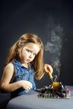 由木桶匠位的逗人喜爱的小女孩修理电子 免版税库存图片