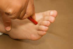 由木棍子的泰国温泉脚治疗 库存照片