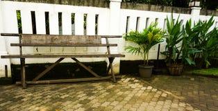 由木头做的一条空的长凳在三宝垄拍的Lawang Sewu照片印度尼西亚 免版税库存图片