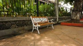 由木头和金属做的一条白色长凳在三宝垄拍的Lawang Sewu照片印度尼西亚 库存图片