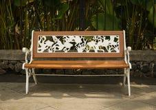 由木头和金属做的长凳刻记白色在三宝垄印度尼西亚上色了照片被拍 免版税库存图片