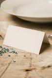 由板材、宝石和绿色衣服饰物之小金属片的空白的地方卡片 库存图片