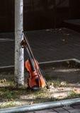 由树的小提琴在街道上在基辅,乌克兰 hornsection仪器音乐零件萨克斯管 库存照片