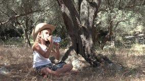 由树的放松的孩子在橄榄色的果树园,愉快的沉思女孩,孩子室外4K 影视素材