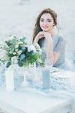 由桌的快乐的新娘在海滨 免版税库存照片