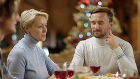 由桌的愉快的夫妇在Xmas夜 股票视频