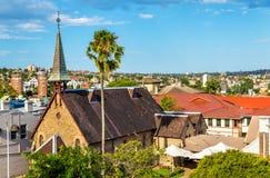 由桥梁的教会在悉尼,澳大利亚北部岸的Kirribilli  库存照片