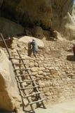 由梯子的人在Mesa Verde 库存照片