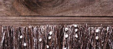 由棍子做的篱芭,枝杈,与白色多雪的油漆的漂流木头 库存照片