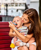 由母亲的婴孩哺养的匙子在室外的公园 断绝 免版税库存照片