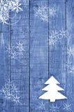 由毛毡做的白色圣诞节树在木,蓝色背景 雪高射炮图象 圣诞树装饰品,工艺 免版税库存照片