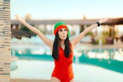 由水池的愉快的圣诞节妇女享受假日的 免版税库存照片