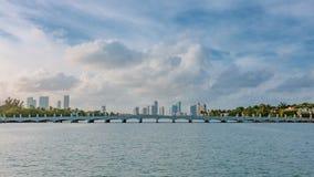 由水的大厦在迈阿密,佛罗里达,美国附近的比斯坎湾 免版税图库摄影