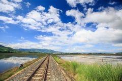 由水米领域的铁路轨道消失入空间 免版税库存照片
