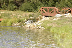 由池塘的小瀑布 库存图片