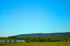 由池塘的拖拉机 图库摄影