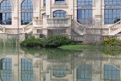 由池塘的新房 库存照片