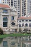 由池塘的新的tankahkeei样式大厦 图库摄影