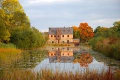 由池塘的村庄 库存图片