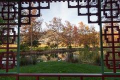 由池塘的被构筑的秋天视图 库存照片