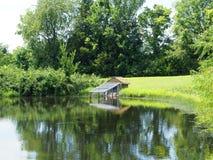 由池塘的鸭子房子 免版税库存图片
