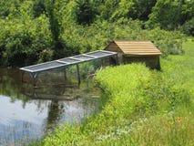 由池塘的鸭子房子 库存图片