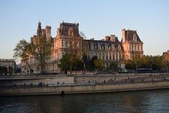 由河塞纳河的议院在巴黎 免版税库存照片
