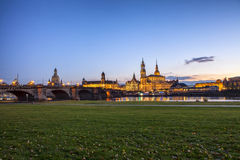 由河易北河的美好的夜场面在德累斯顿,德国。 免版税图库摄影